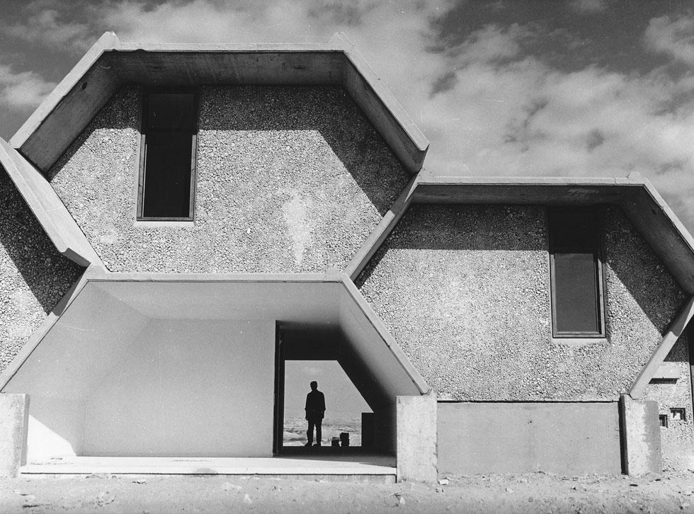 אף בית ספר שדה לא נראה כך: גופי הבטון של בי''ס שדה חצבה, בתכנונו של ישראל גודוביץ, נבנו כמו קוביות לגו. ''משכית'' הופקדה על עיצוב הפנים (צילום: רן ארדה)