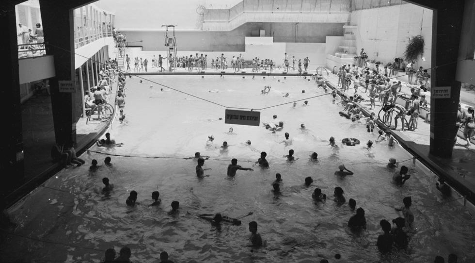 בריכת ''גלי הדר'' בחיפה, מבית היוצר של האדריכלים זאב רכטר ואויגן שטולצר, אירחה תחרויות שחייה וכדור-מים שבהן נרשמו שיאים ישראליים (צילום: חנן שדה, באדיבות הארכיון הציוני המרכזי)