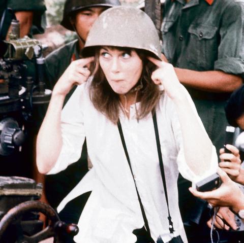 הוכתרה כבוגדת. פונדה עם חיילי צפון וייטנאם בהאנוי