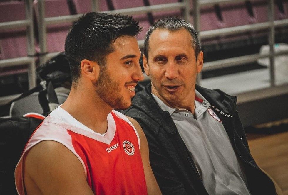 דייויד בלאט עם בנו תמיר (צילום: אתר הפועל ירושלים)