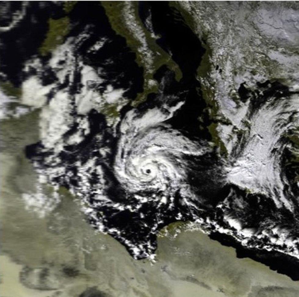 למדיקיין מבנה של ספירלת עננים ועין במרכז. בתמונה, מדיקיין בקרבת חופה הדרומי של איטליה, ינואר 1995 ()