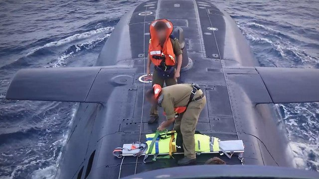 טיפול חירום בצוללת (צילום: שמיר אלבז)