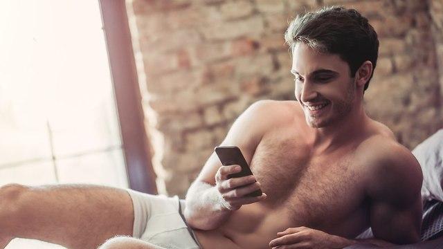 גבר סקסי טלפון (צילום: Shutterstock)