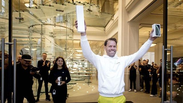 האיש הראשון שקנה אייפון בחנות אפל באמסטרדם (צילום: AFP)