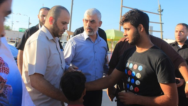 Sinwar speaks with Gaza residents