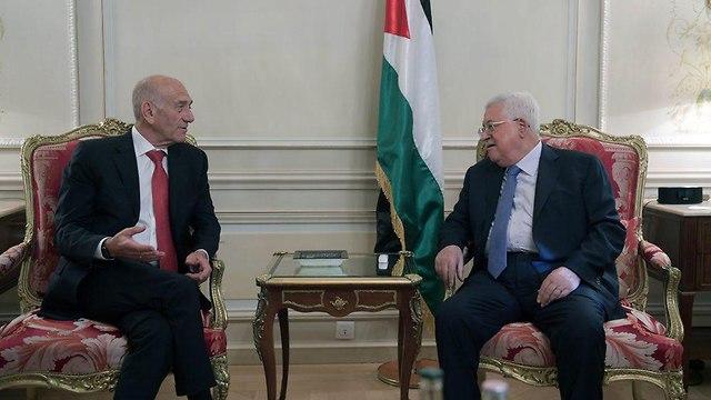 ראש ממשלת ישראל לשעבר נפגש בפריז עם מחמוד עבאס (אבו מאזן) ()
