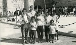 משפחת מלמד בחג הסוכות בכותל המערבי, ירושלים, 1968 (צילום: אלבום יוסף מלמד, ראש העין, ישראל נגלית לעין. ארכיון התצלומים, יד בן-צבי)