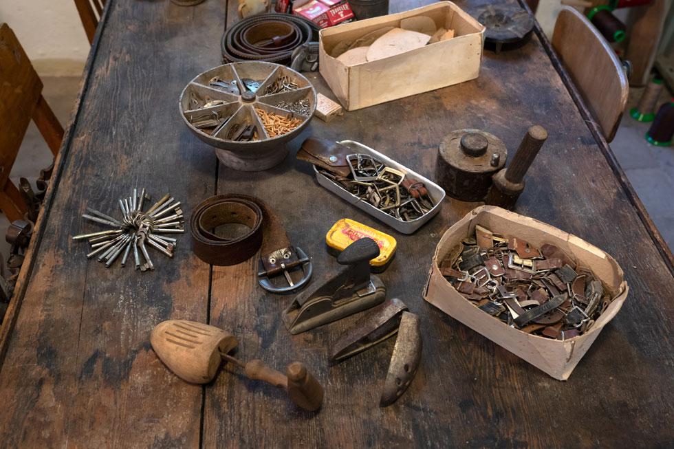 תערוכה של סממני מקצוע שהיה וכמעט לא הצליח לשרוד בעידן נעלי ה-לבש וזרוק (צילום: אפי שריר)