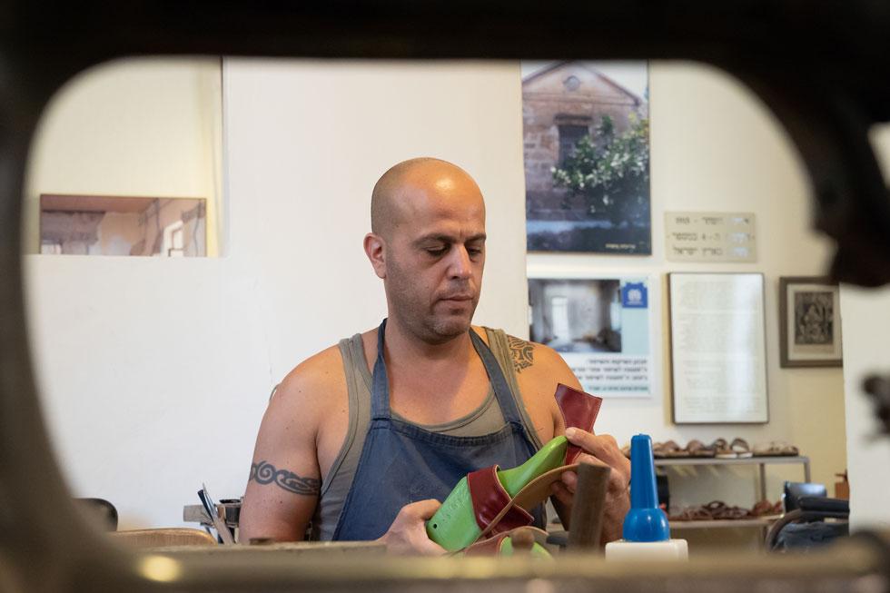 """""""אני לא חנות נעליים. מה אני מוכר? נוסטלגיה, זיכרון, טיילור מייד, ייצור ישראלי מקומי וערכים"""" (צילום: אפי שריר)"""