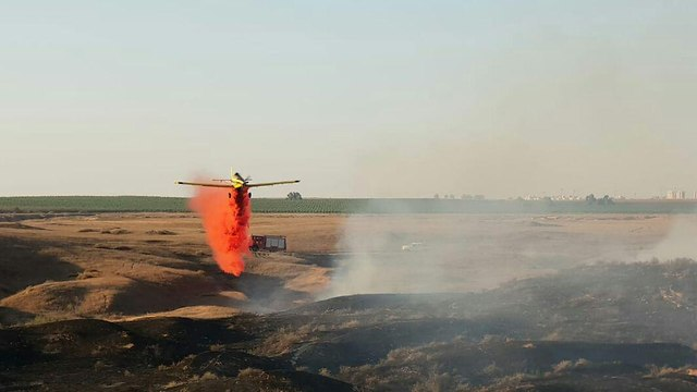 Fire erupts in Nachal Grar (Photo: The Israel Fire and Rescue Services, South District)