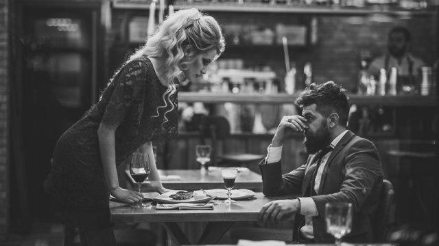 זוג יושב בדייט במסעדה (צילום: Shutterstock)