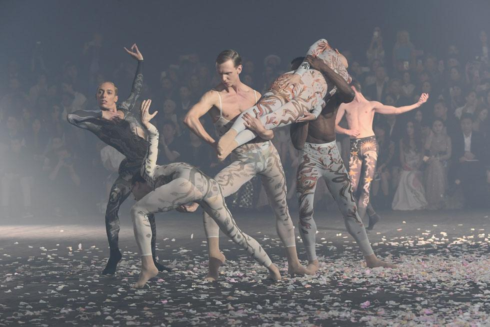 גאווה ישראלית: הכוריאוגרפית שרון אייל ומריה גרציה קיורי, המנהלת האמנותית של בית האופנה כריסטיאן דיור, שיתפו פעולה בתצוגת אביב-קיץ 2019 של המותג בשבוע האופנה בפריז, כשרקדני הלהקה של אייל השתלבו בין הדוגמניות שצעדו על המסלול. לחצו על התמונה לכתבה המלאה  (צילום: Pascal Le Segretain/GettyimagesIL)