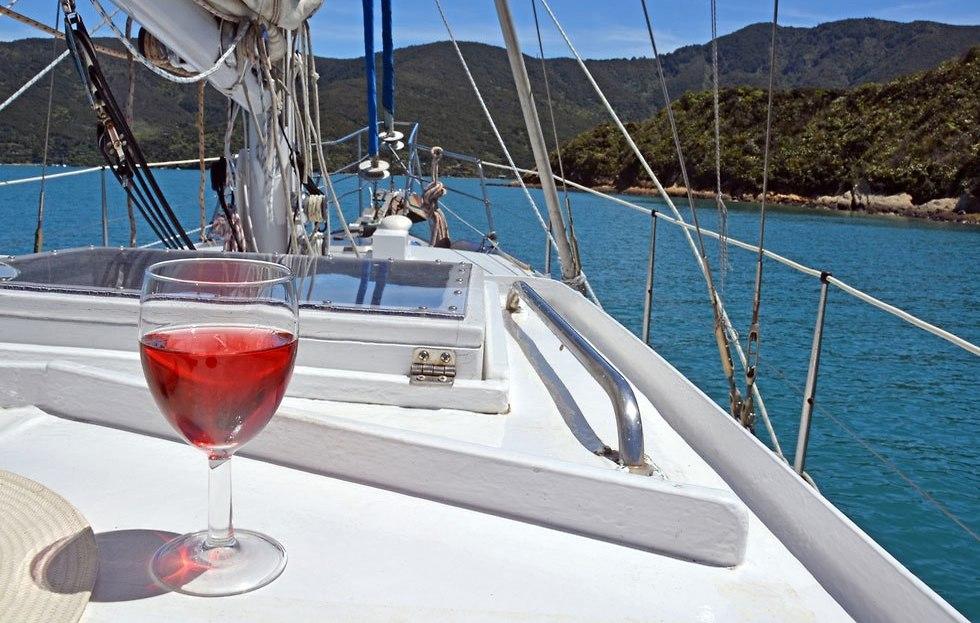 אילוס אילוסטרציה הפלגה ים יאכטה כוס יין (צילום: shutterstock)