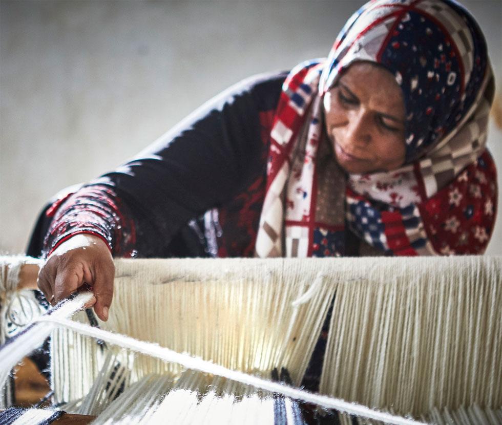 הנול הבדואי השטוח דורש כוח, סבלנות ומיומנות. באיקאה שוקלים להכשיר את הנשים לעבודה על נולים יעילים יותר, כדי להפוך את עבודתן למאומצת פחות (צילום: Inter IKEA Systems B.V)