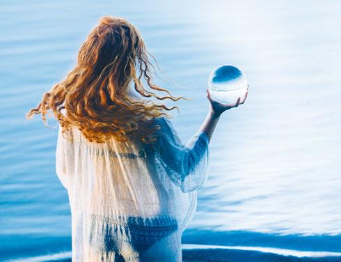 """""""והעצה שלי לאנשים בכל גיל היא לא לדאוג בקשר לשום דבר. קל להגיד את זה אבל יש דרך ליצור חיים של משמעות שבהם הימים מלאים באנרגיה וברצון לחיות"""" (צילום: Shutterstock)"""