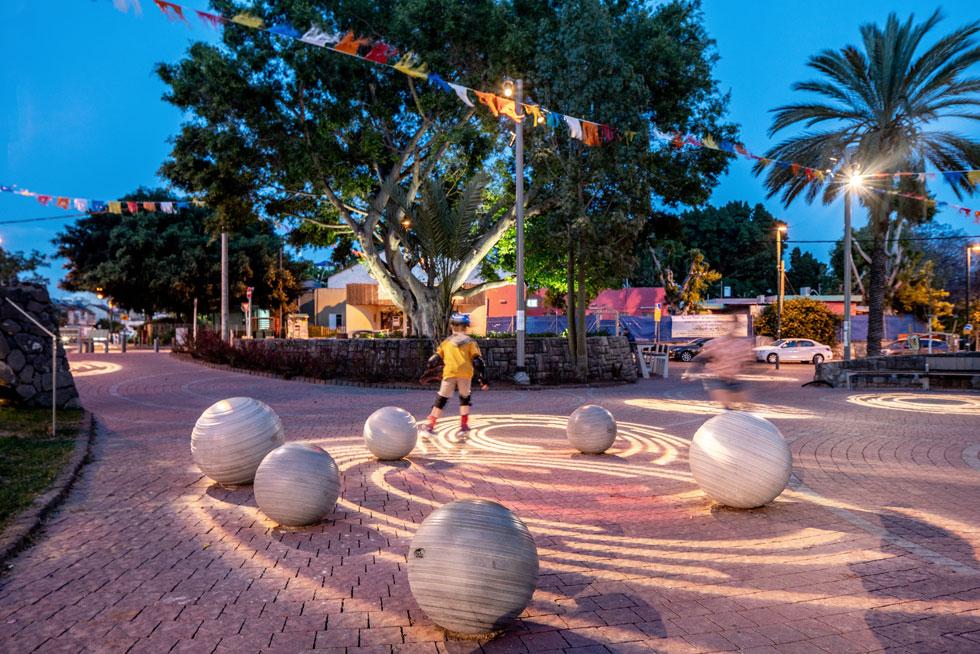 לכיכר היה חסר מוקד מרכזי. אדריכלי הנוף החליטו להציב פסל כדורים, שיוצר סביבת משחק ומתבלט במרחב (צילום: יואב פלד)