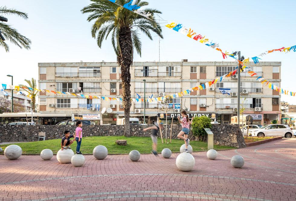 ילדים נהנים בכיכר הרב פרדס, בכניסה לשכונת רמת השקמה ברמת גן (צילום: יואב פלד)