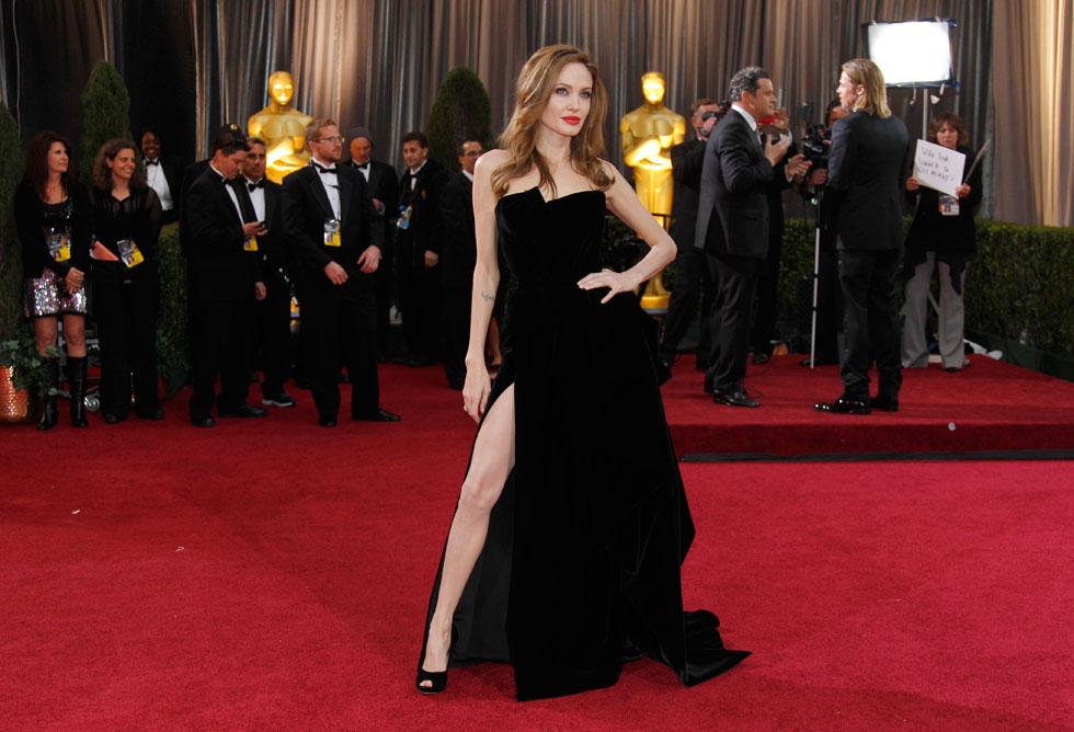 מי לא זוכר את השסע? אנג'לינה ג'ולי בשמלה של ורסאצ'ה, 2012 (צילום: AP)