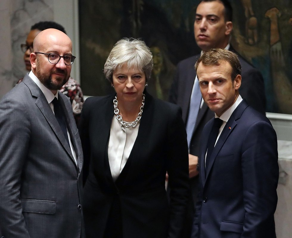 French President Emmanuel Macron (right) and British Prime Minister Theresa May (center) (Photo: AFP)