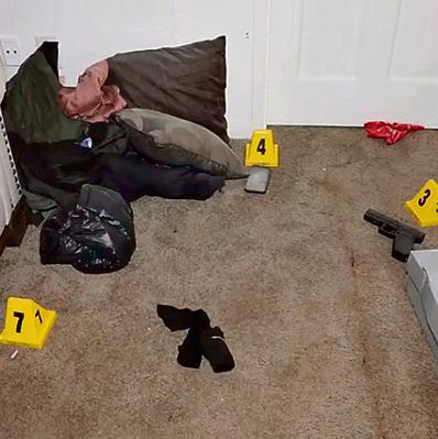 """כלי הנשק שנמצאו בחדרו. בן דודו, ג'ונס: """"היו שם 30 ניידות משטרה, צלפים על הגגות ושני הליקופטרים. כל הכוח הזה בשביל בן אדם אחד?"""""""