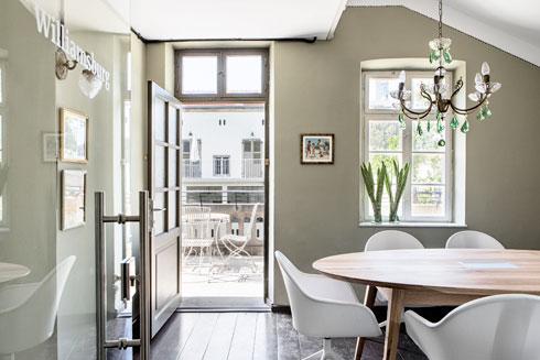 חדר ישיבות באווירה ביתית, עם יציאה למרפסת פרטית (צילום: איתי בנית)