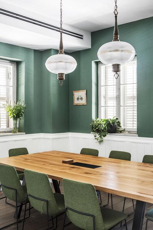 יש קירות שמותר היה לצבוע מחדש. לחדר הישיבות נבחר ירוק מעושן (צילום: איתי בנית)