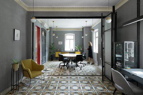 בקירות החדרים בחרו המעצבות בצבע כחול-אפור, שמדגיש את הכותרות המאוירות בגובה הקיר ואת הרצפה, שניהם בגווני צהוב וחרדל (צילום: גדעון לוין)