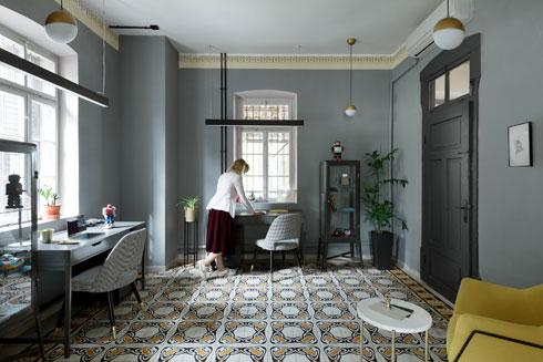תאורה טכנית שחורה ואותן מנורות דקורטיביות בכל החדרים (צילום: גדעון לוין)