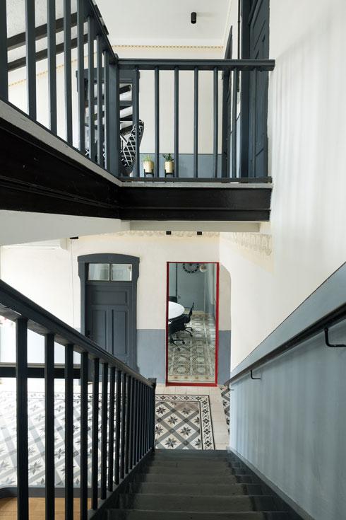 הפס הכהה, שחוצה את הקירות במסדרונות ולאורך המדרגות, נועד לשימור (צילום: גדעון לוין)