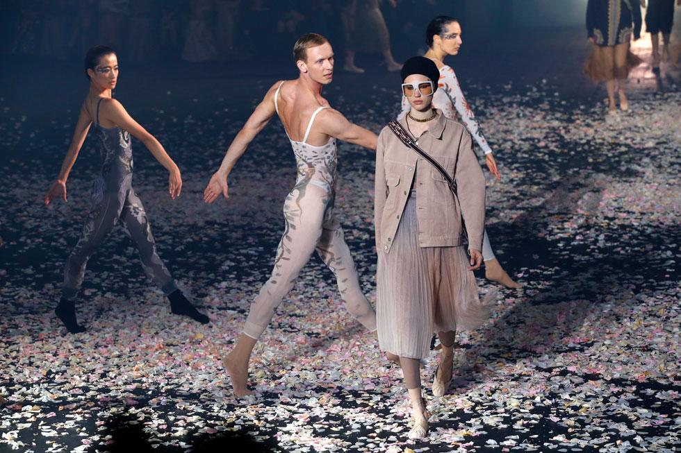כפי שדיווחנו בתחילת השבוע, בית האופנה הצרפתי דיור הזמין את הכוריאוגרפית הישראלית שרון אייל לפתוח את תצוגת אביב-קיץ 2019 במופע מחול של להקתה. התוצאה המכשפת הפכה מיד לשיחת היום בפריז וחיממה לנו את הלב בגאווה. לחצו על התמונה לכתבה המלאה (צילום: AP)