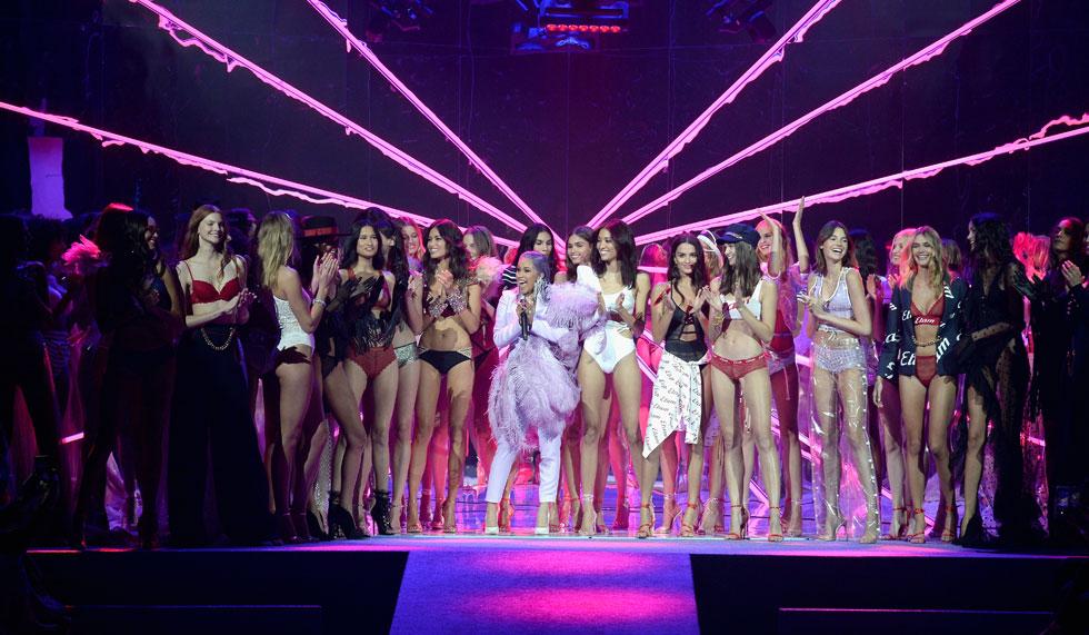 לאחר שנמלטה משבוע האופנה בניו יורק עם מכה בראש, קארדי בי מפציעה בשבוע האופנה בפריז כמנצחת, עם שלל תלבושות מעוררות התפעלות והופעה מצוינת בתצוגה של מותג הלנז'רי ETAM, בחליפת מכנסיים פסטלית מקושטת נוצות של המעצב כריסטיאן קוואן  (צילום: Francois Durand/GettyimagesIL)