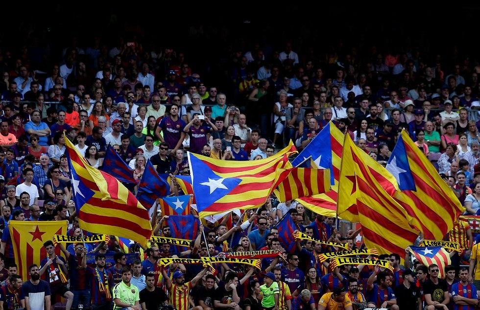 אוהדי ברצלונה עם דגלי קטאלוניה (צילום: AP)