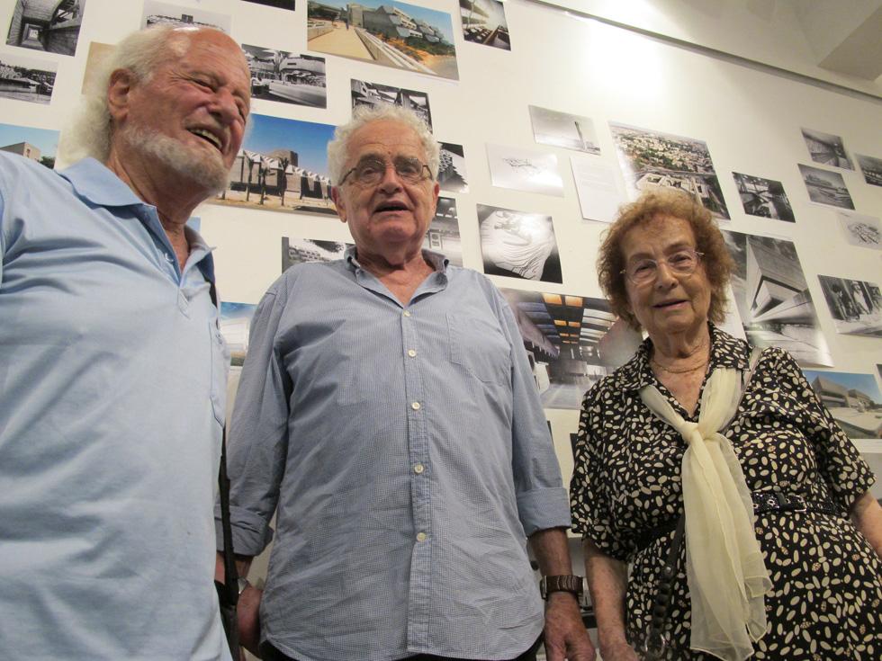 ביקסון (משמאל) עם שולמית נדלר ומשה גיל. ''הוא השרה אווירה טובה במשרד'', מספר גיל (צילום: מיכאל יעקובסון)