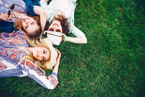 בעלי חברים סובלים פחות מתסמיני סטרס כמו יתר לחץ דם ונטייה לדלקת כרונית. חברים עוזרים גם לשמור על הזיכרון, לעבור משברים ומשפיעים עלינו לטובה (צילום: Shutterstock)