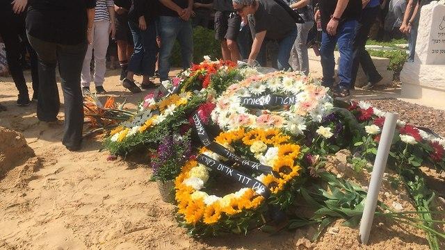 זרי פרחים על קברו של ארי ז