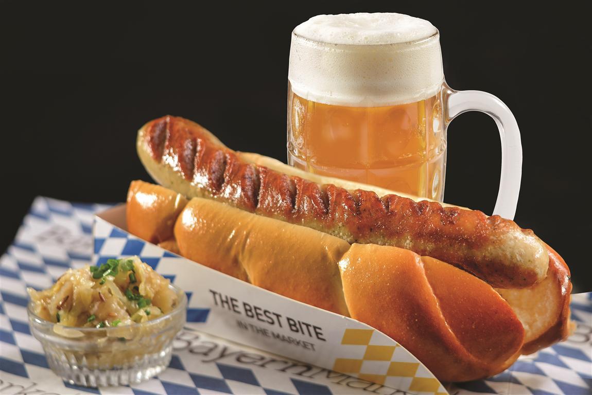 Hotdog and beer at Bayern Market (Photo: Shai Ben Efraim)
