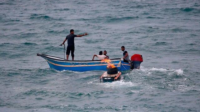 הפרת סדר ימית הפגנה פלסטינים גבול ישראל עם רצועת עזה משט ימי מפגינים פינוי פצוע (צילום: AFP)