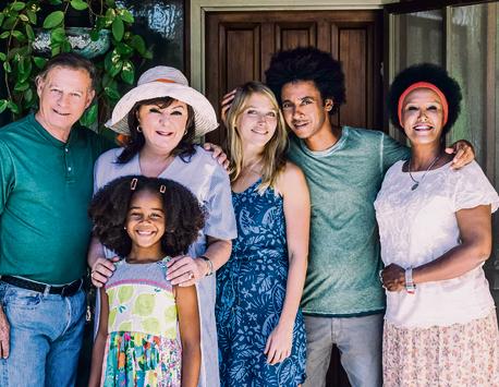 """יוסי ואסה עם שחקני הסדרה """"נבסו""""   צילום: טל גבעוני"""