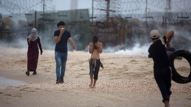 הפרת סדר ימית הפגנה פלסטינים גבול ישראל עם רצועת עזה משט ימי מפגינים פינוי פצוע (צילום: AP)