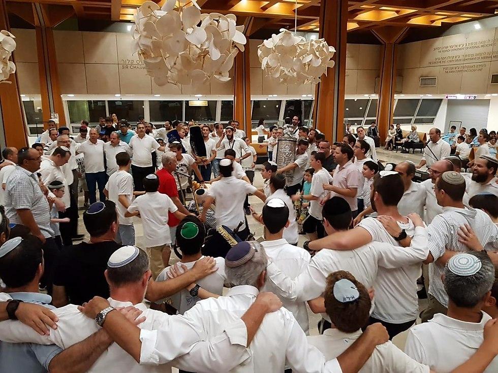 ישיבת בני עקיבא גבעת שמואל משמחת בהקפות שניות במרכז הרפואי
