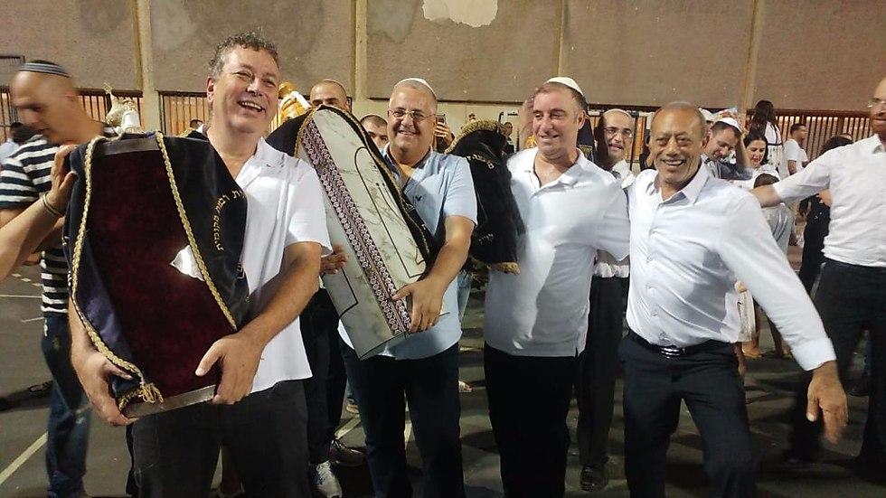 גם ראש העיר, ישראל גל, הניף (צילום: איתן אלחדז)