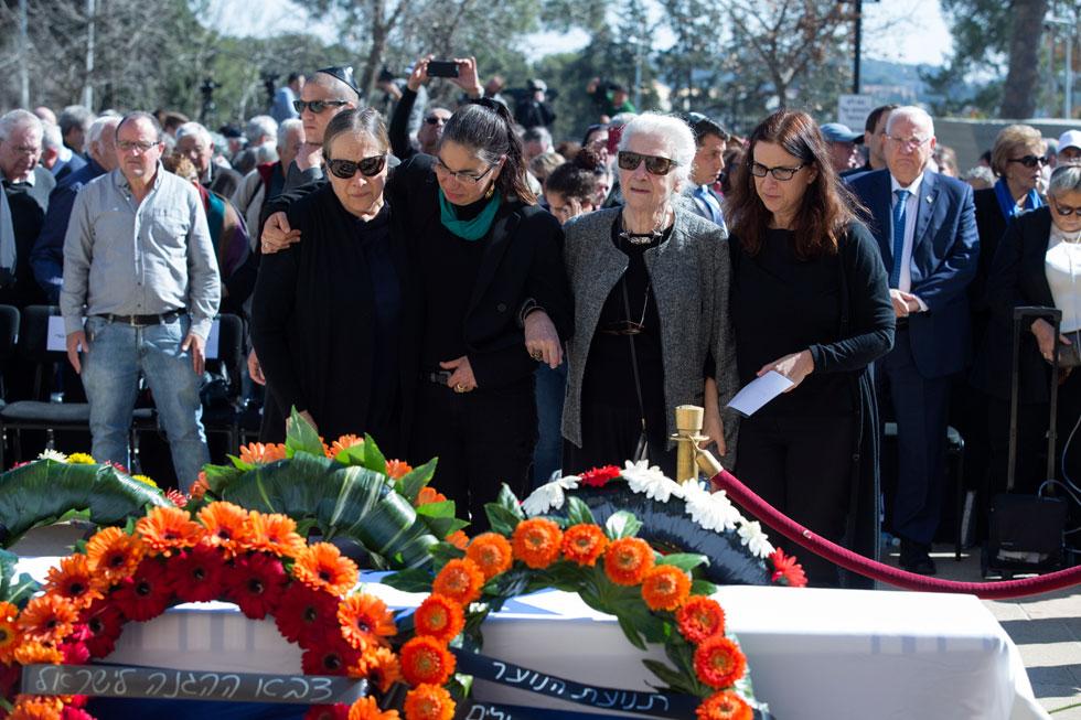 """הלוויית חיים גורי ז""""ל, 1 בפברואר 2018. במרכז: האלמנה עליזה ושלוש הבנות. מימין: הנשיא ראובן ריבלין ורעייתו נחמה (צילום: עמית שאבי)"""