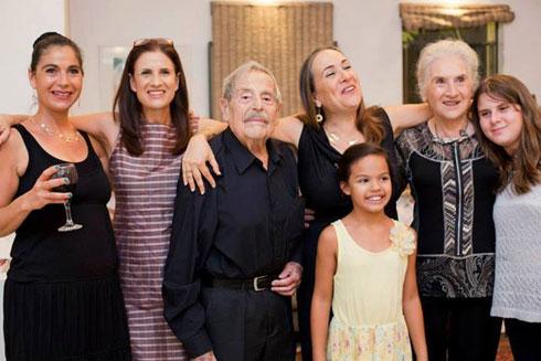 מימין: הנכדה טל, האישה עליזה, הנכדה הילה, הבת יעל, חיים גורי, הבת נועה והבת חמוטל (צילום: אלבום פרטי)