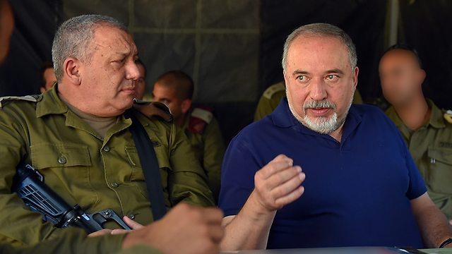 גדי איזנקוט ואבגידור ליברמן  (צילום : אריאל חרמוני, משרד הביטחון )