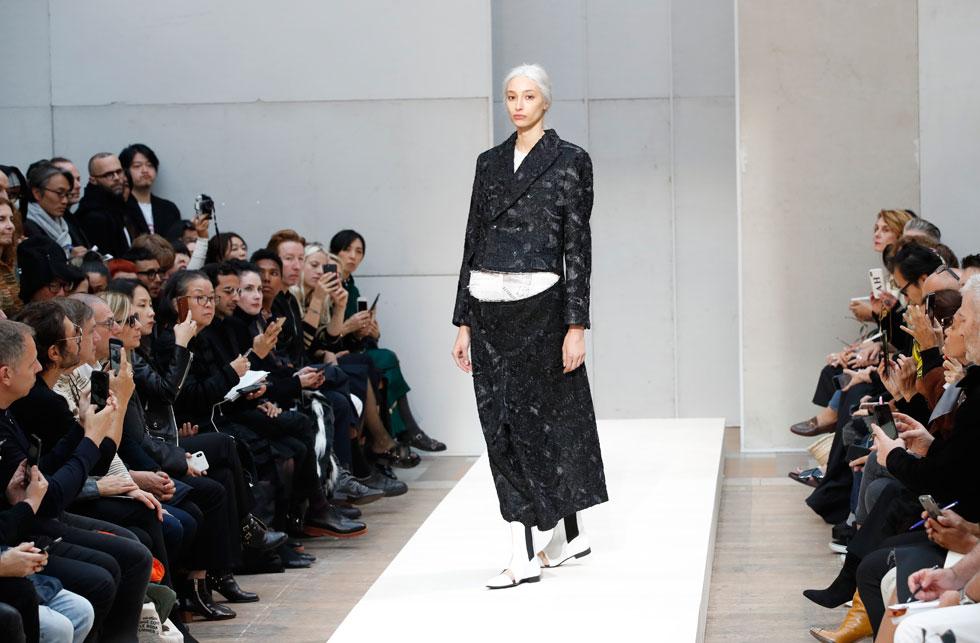 המעצבת ריי קוואקובו ממשיכה לחקור את הטרנספורמציה של הגוף במותג קום דה גרסון, עם בגדים שמדמים היריון מתקדם על ידי שמלות וז'קטים עם כריות בטן חשופות, אשר הזכירו לנו את קולקציית אביב-קיץ 1997 בעיצובה (צילום: AP)