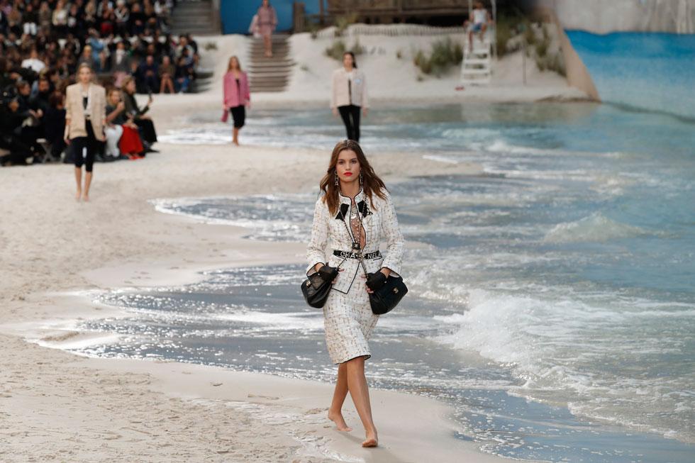 עיני כולם היו נשואות בציפייה לגימיק העונתי של קרל לגרפלד בשאנל, והמעצב בן ה-85 לא אכזב. לגרפלד הצעיד דוגמניות יחפות בשמלות קיץ וחליפות צבעוניות על חוף ים מלאכותי שנבנה בתוך חלל הגראנד פאלה בפריז, לעיני ידועניות כמו ואנסה פאראדי ופמלה אנדרסון  (צילום: AP)