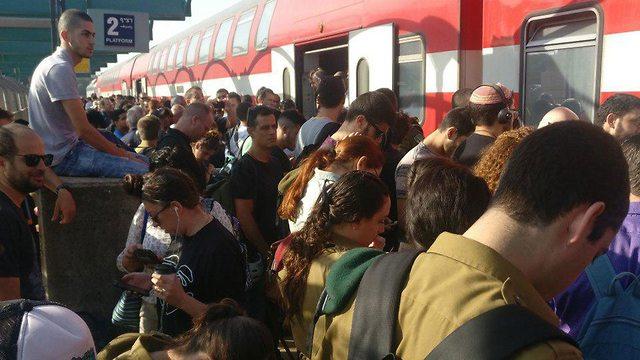 רכבת ישראל רכבות עומס איחורים קרונות עמוסים אחרי החג ל כיון תל אביב ()
