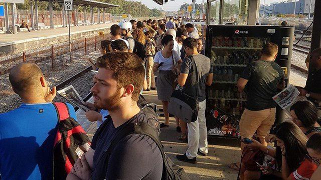 רכבת ישראל רכבות עומס איחורים קרונות עמוסים אחרי החג ל כיון תל אביב (צילום: לולה )