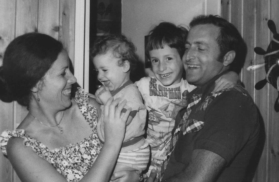 """עם ההורים והאחות הקטנה. """"אהבה ותמיכה ללא תנאי"""" (צילום: אלבום פרטי)"""