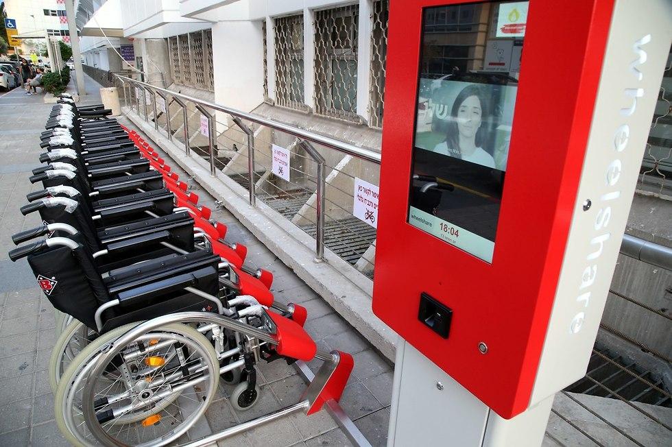 תחנת עגינה לכיסא גלגלים בבית החולים איכילוב בתל אביב (צילום: יריב כץ )